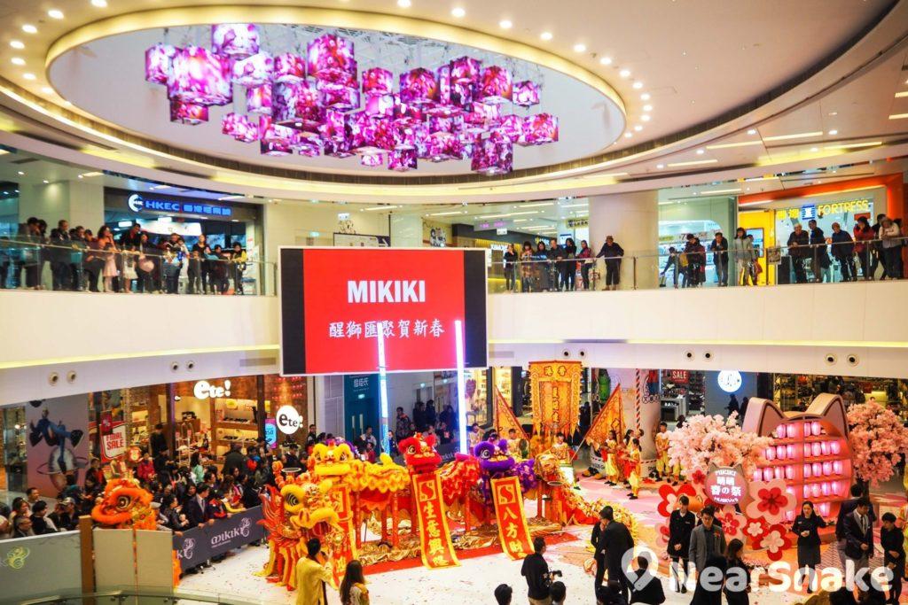 Mikiki Mall 面積不大,相對來說中庭頗為寬廣,不時在此舉辦特定主題商場活動或展覽;中庭天花的繁花立方燈飾亦頗具特色。