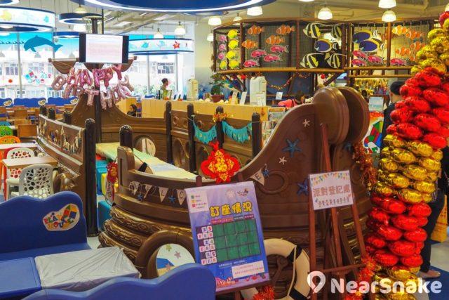 Mikiki Playhouse 部分空間劃作親子餐廳,玩累了,家長可與小朋友在此飽餐一頓;海盜船造型的餐桌和座椅,更是非常吸睛!