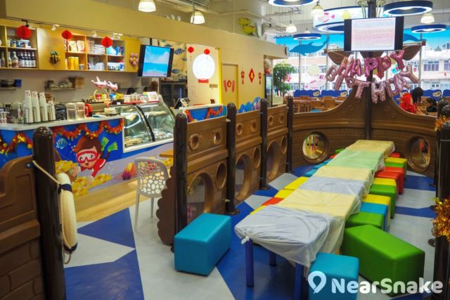 Mikiki Playhouse 海盜船內擺放了彩色座椅,帶著一大群小孩子來開派對,氣氛應該不俗。
