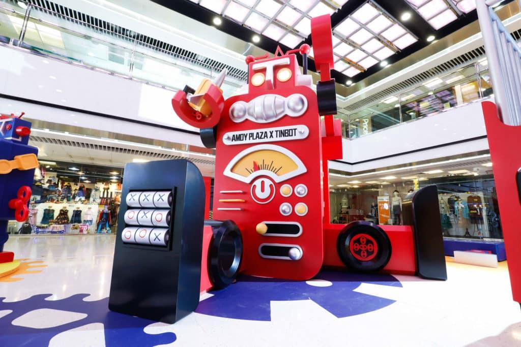 淘大商場內擺放了逾 4 米高的巨型鐵寶奇盒機械人相當搶眼。