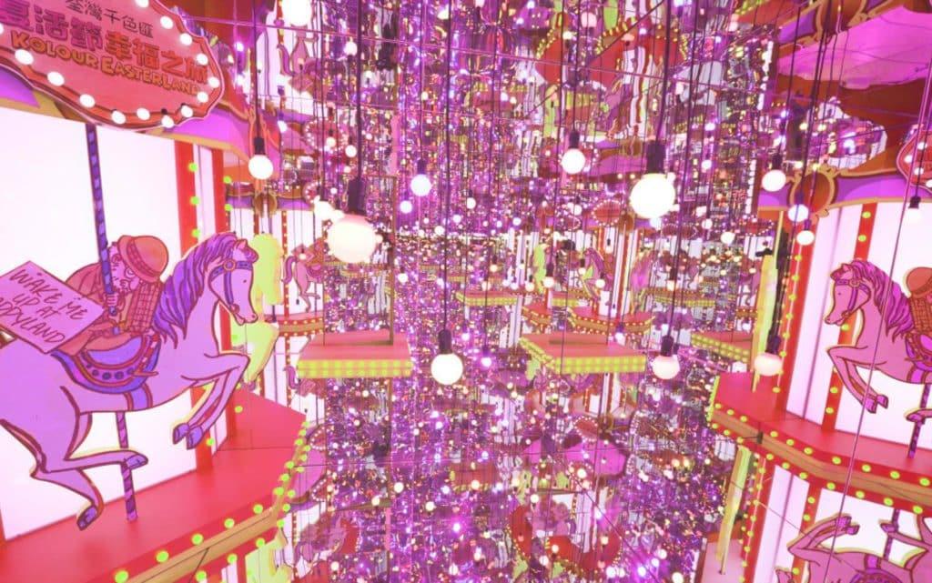荃灣千色匯的幸福鏡房利用 6 塊接近 3 米闊、3 米高的鏡子,營造影像無限伸延的效果。