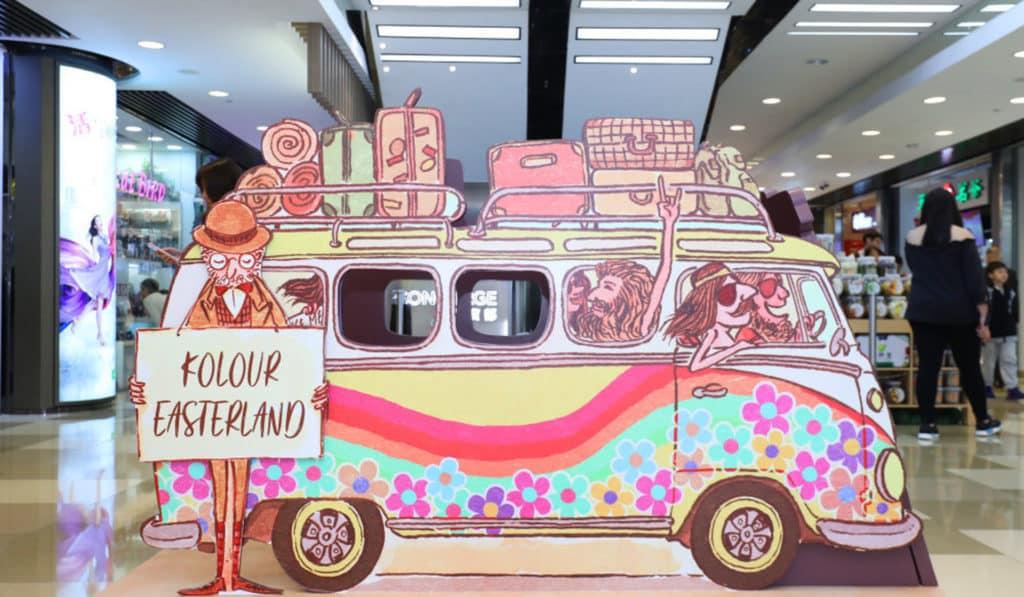 繪本主角於復活節與游人乘小貨車來到不丹,訪遊元朗千色匯的仙境森林鏡房。
