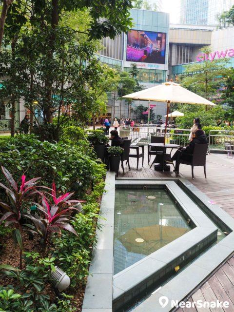 荃新天地花園廣場的水池水質清徹,池畔更有遮陽傘和休閒雅座,環境寫意。