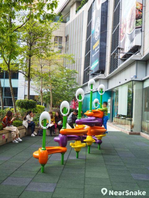 荃新天地 L1 樓層還有兒童遊樂場,看似簡單的設施能讓多個小朋友同時玩耍。