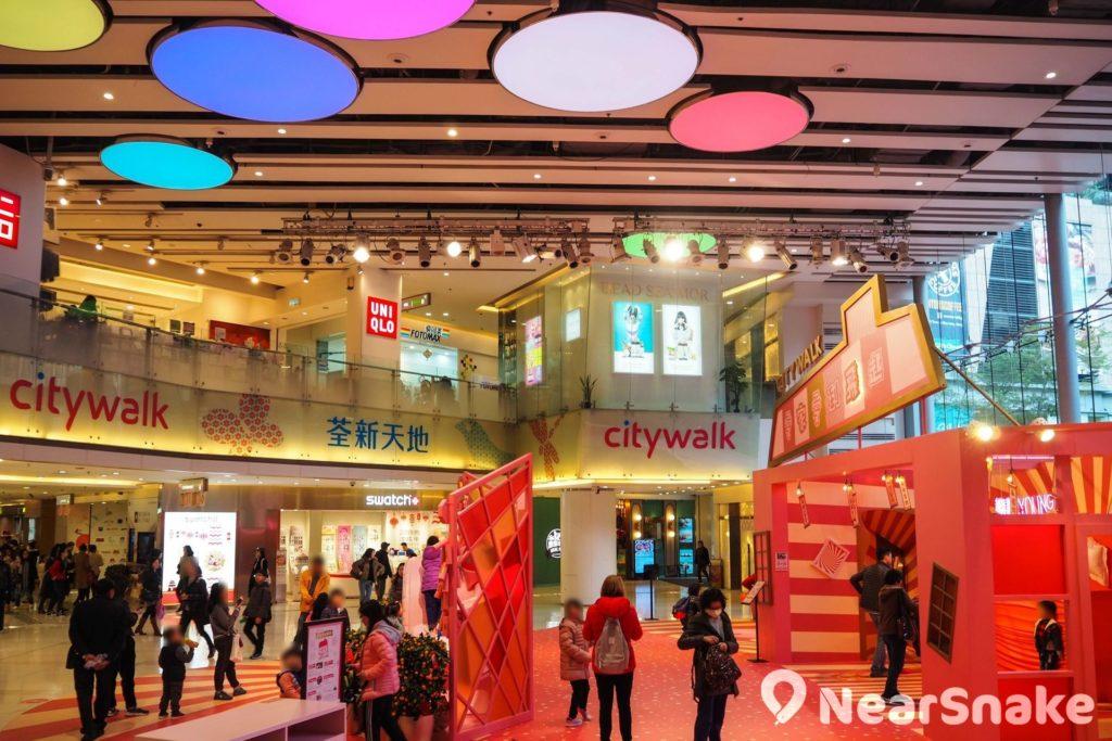荃新天地 1 期中庭其中一面是玻璃幕牆,令商場活動感覺更開揚明亮,而天花板的彩色圓燈主要是裝飾之用。