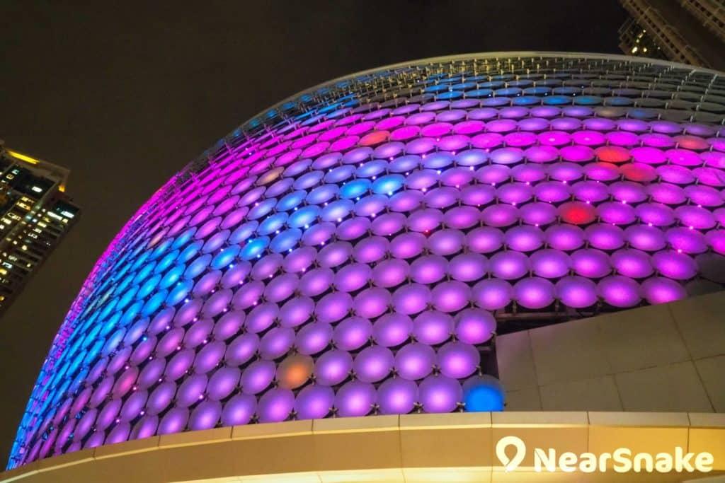 荃新天地 2 期外形上的最大特色是數層樓高的球形燈飾,在晚上更是奪目耀眼。