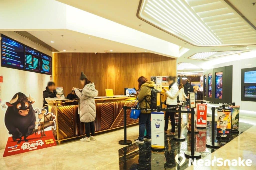 荃新天地的嘉禾荃新天地電影城,是全港第一間全數碼放映的戲院。