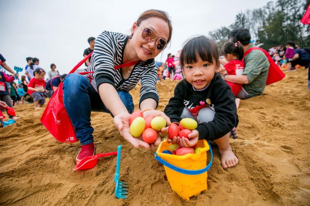 父母可與子女一起在沙灘發掘繽紛的復活蛋。