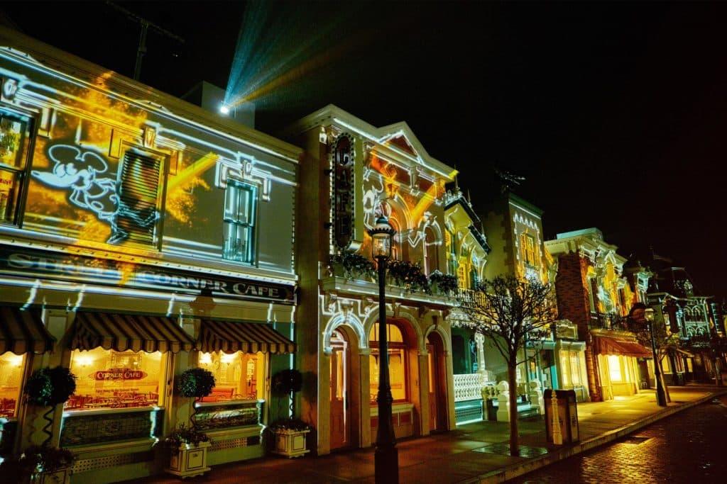 「迪士尼巨星嘉年華」- 炫目光影投射在大街兩旁的房子上,將整條美國小鎮大街改頭換面,幻化成米奇星光大街。