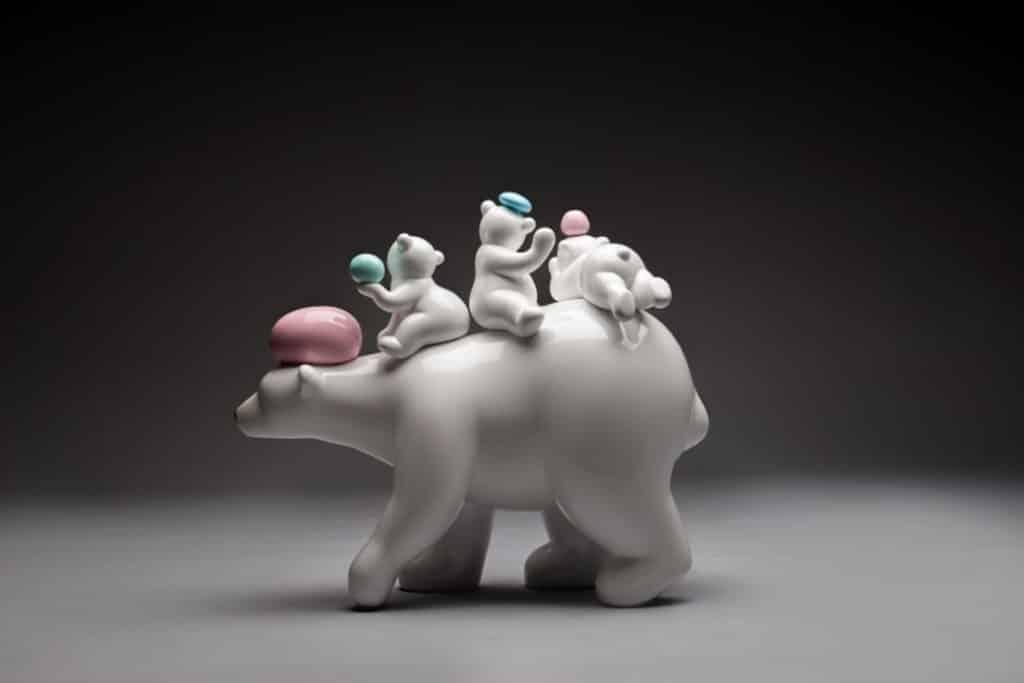 海港城「拉闊藝術」展覽:「可愛卻顯瘦弱」之北極熊雕塑。
