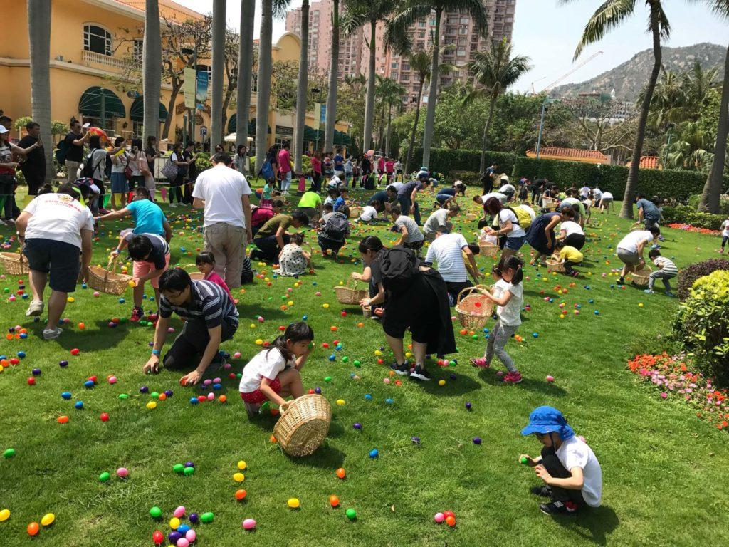 家長與小朋友可於香港黃金海岸的 5 萬平方呎大草地上,尋找藏匿於草叢間的復活蛋。