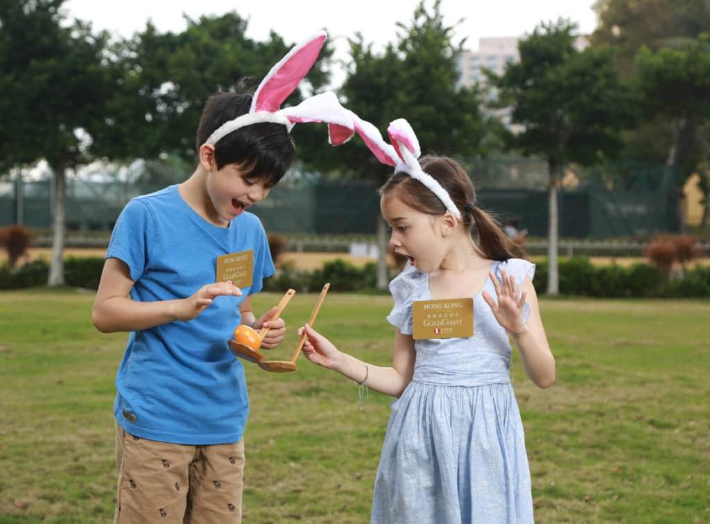 親子尋蛋樂競技遊戲「滾滾復活蛋」:家長與小朋友需運用大小木匙將復活蛋移至終點,考驗親子間默契與體能。