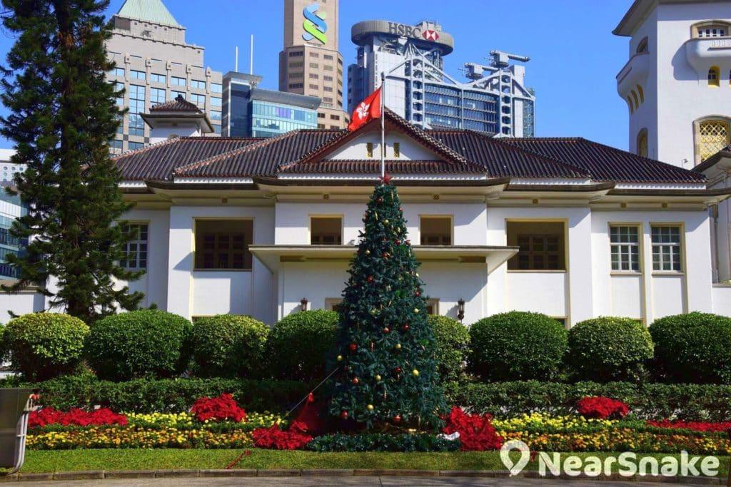 自 1968 年起,香港禮賓府便會在特定日子開放給民眾入內參觀。大家除可飽覽杜鵑花盛開的花海,還可欣賞糅合東西方文化的建築設計。