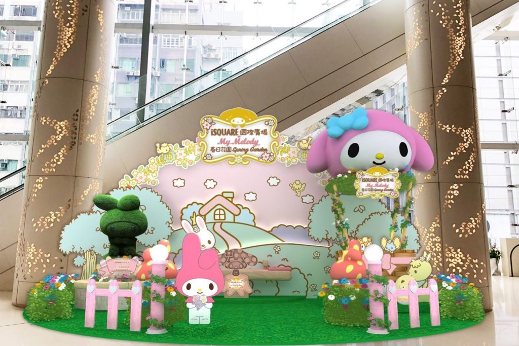iSQUARE 國際廣場 3 樓將化身成為 My Melody 春日遊園,活潑可愛的 My Melody 拿著色彩繽紛的小花束,準備與大家暢遊鳥語花香的遊樂園。