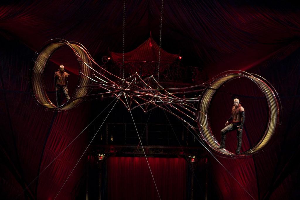太陽馬戲團 KOOZA - 死亡之輪是馬戲團的經典高難度雜技。