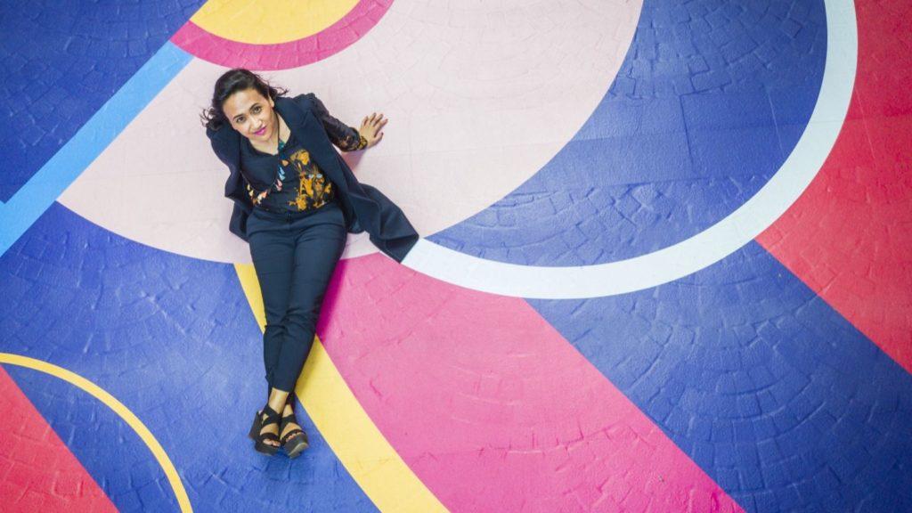 情藝愛漫遊•利東街藝術裝置乃出自國際藝術家辛塔坦達雅(Sinta Tantra)手筆。她曾於2012年獲邀為倫敦金絲雀碼頭大橋添上奪目圖案。
