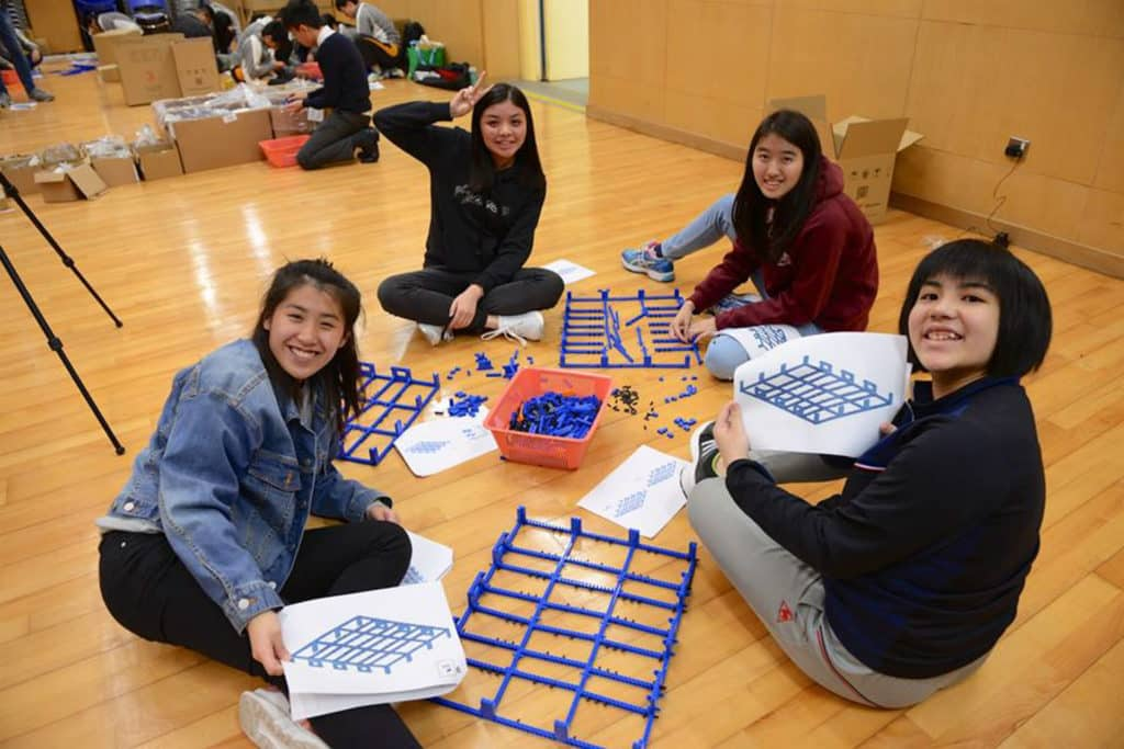 大橋由來自香港 8 間中學的師生砌成。