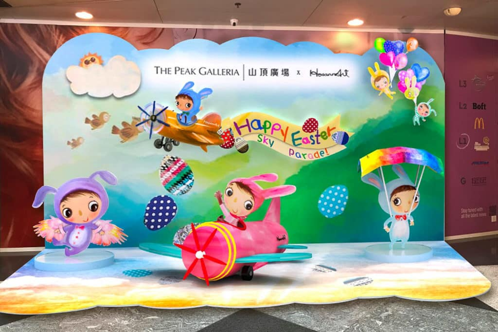 山頂廣場設置「復活節星空巡遊」藝術裝置,穿上色彩繽紛兔子服飾的大眼小女孩帶來一趟星空巡遊。