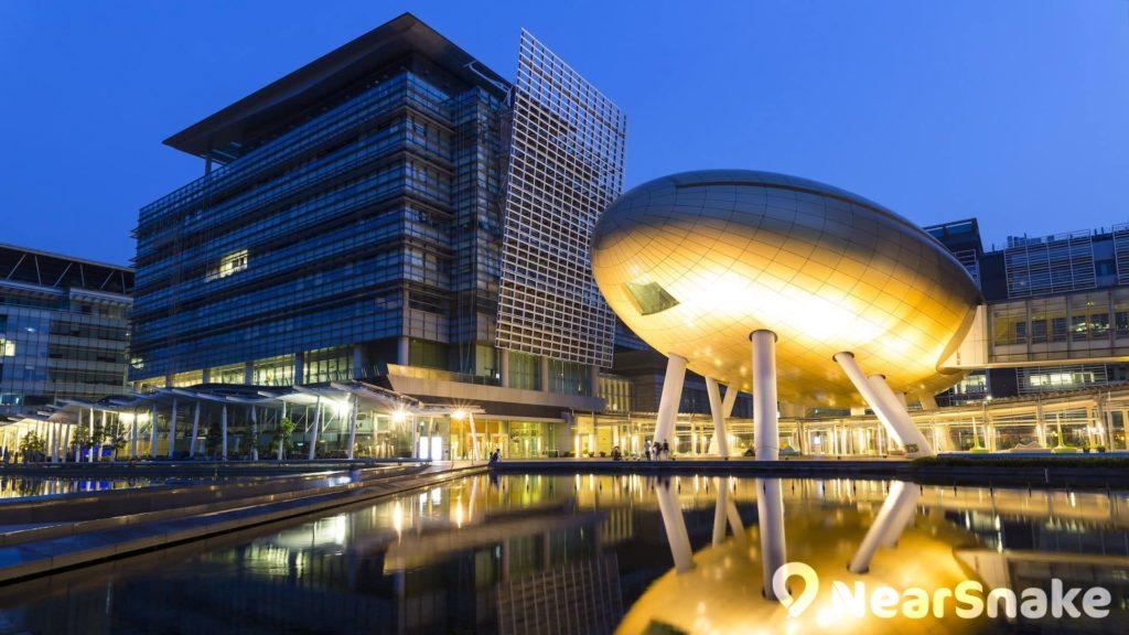 在中央水池和燈光映襯下,科學園金蛋的夜景帶來不一樣的感覺。