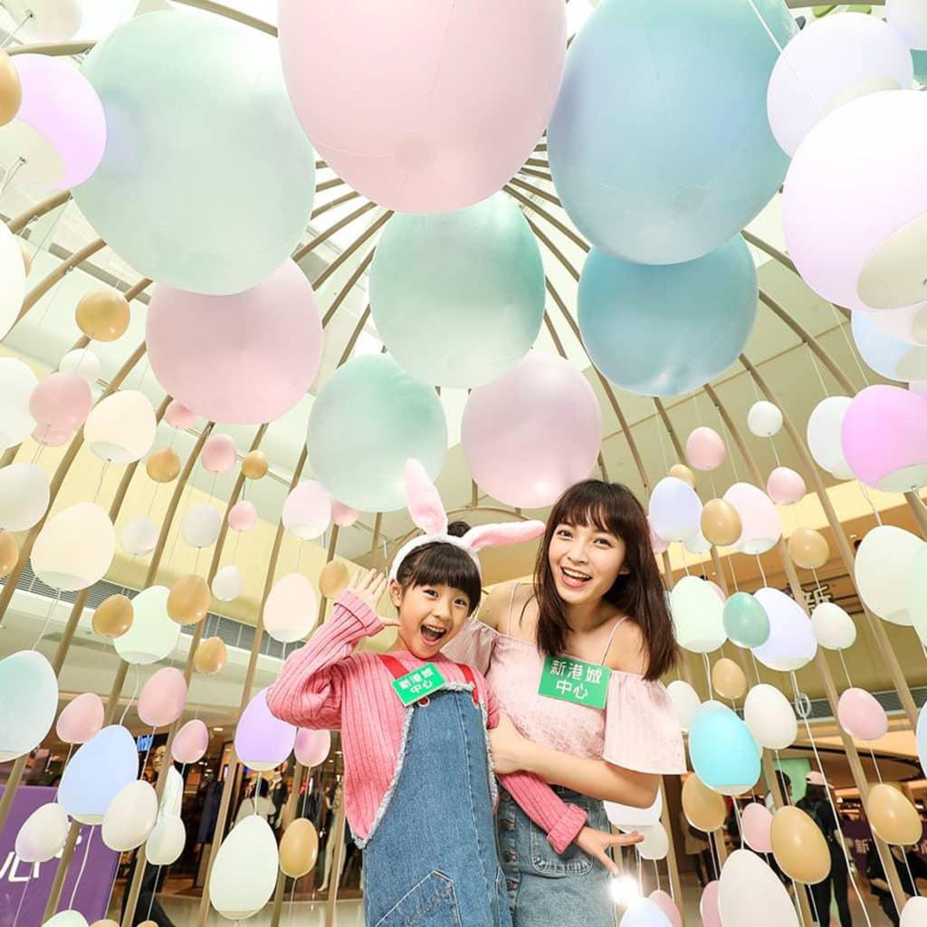 新港城中心復活「蛋識」遊樂園內架設了 4 米高的「夢幻蛋の彩燈雀籠」內滿佈蛋形彩燈。