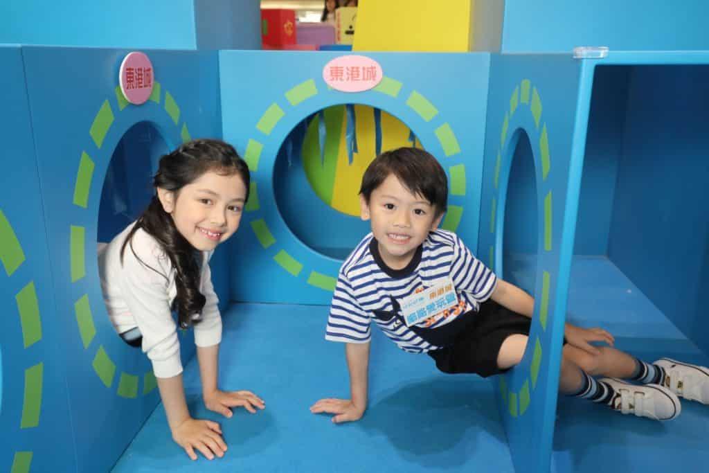 UNICEF HK × 東港城細路的兒童早期發展專區內架設了兩條彎彎曲曲的積木隧道暢玩,有助孩子發展大肌肉動作技巧。
