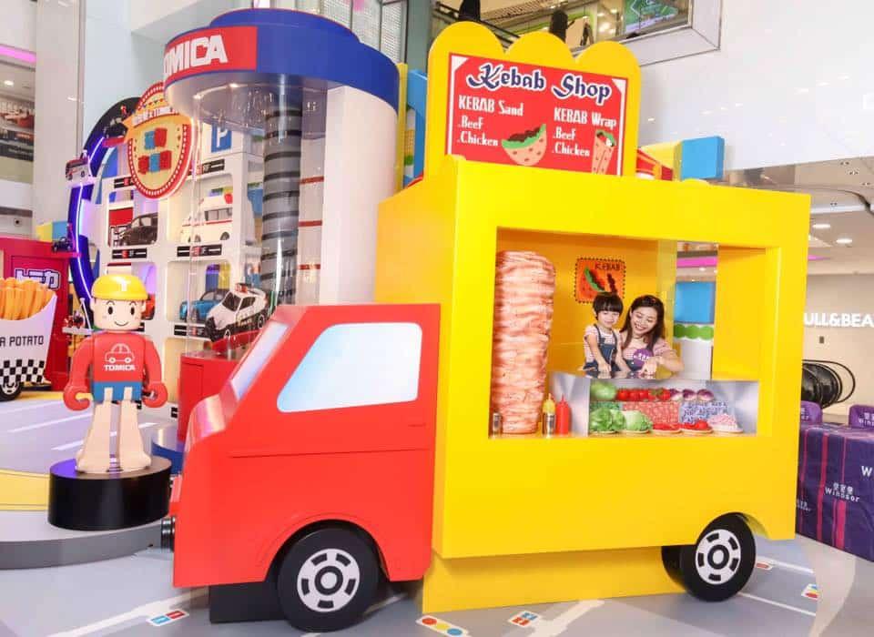 皇室堡 × TOMICA 玩轉車樂園內的快樂流動美食車,紅黃兩色車身搶眼非常,貨櫃改裝成「微型廚房」,「餐牌」上陳列林林總總的小吃美食,光拍照已令人食指大動!