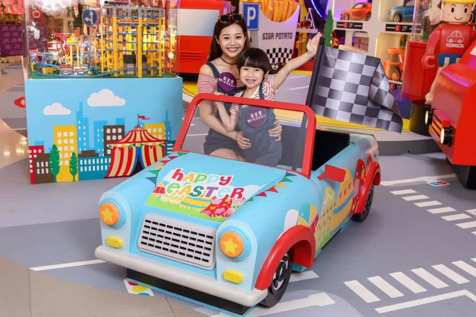 皇室堡 × TOMICA 玩轉車樂園內擺放著香港首架復活節 TOMICA 裝飾車,車身選用小朋友最愛的天藍色,印上彩色繽紛的復活蛋圖案,集可愛、型格於一身。