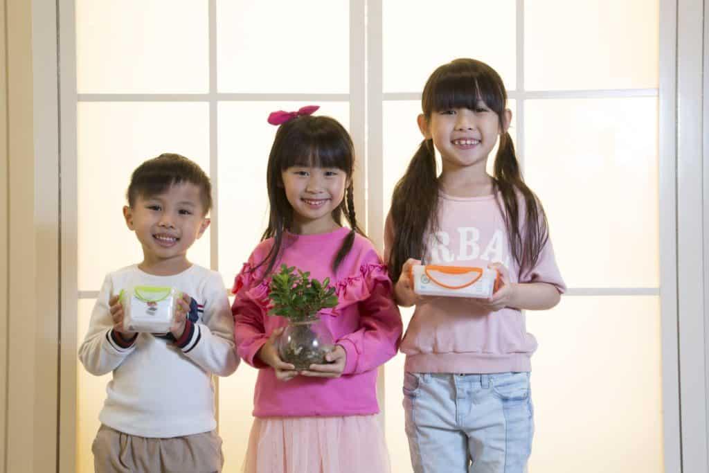 D•PARK「膠盒回收 齊種植」計劃:只要參加者把兩個有扣之膠盒帶到愉景新城進行回收,便可換取一個由回收膠盒製造之環保花盆及蔬菜種子。