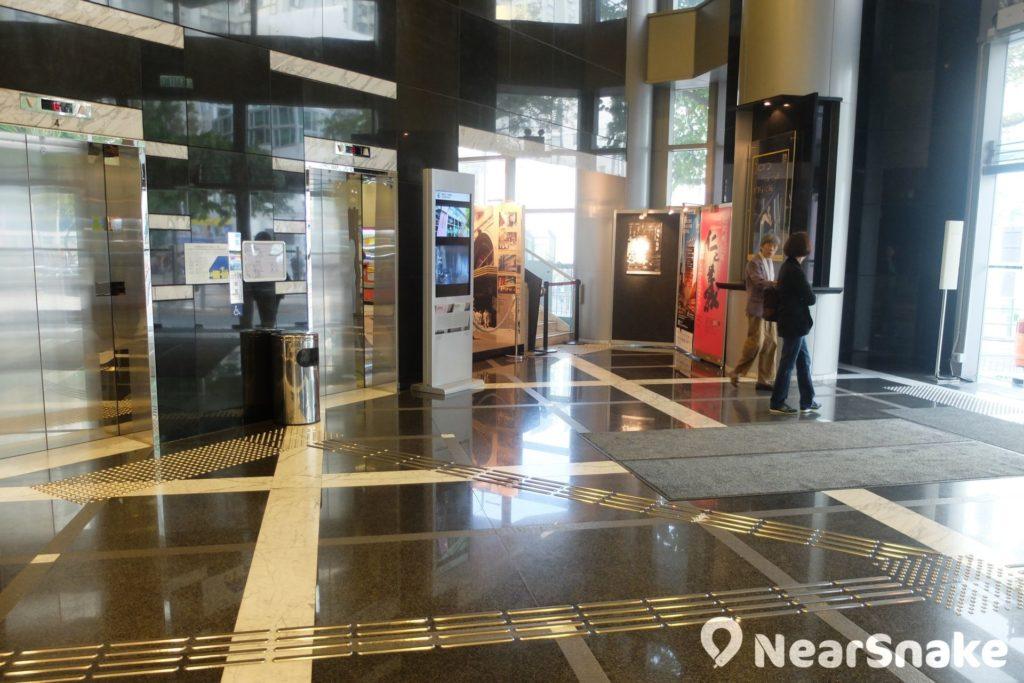 香港電影資料館大堂一角,擺放不少藝術活動的宣傳海報。