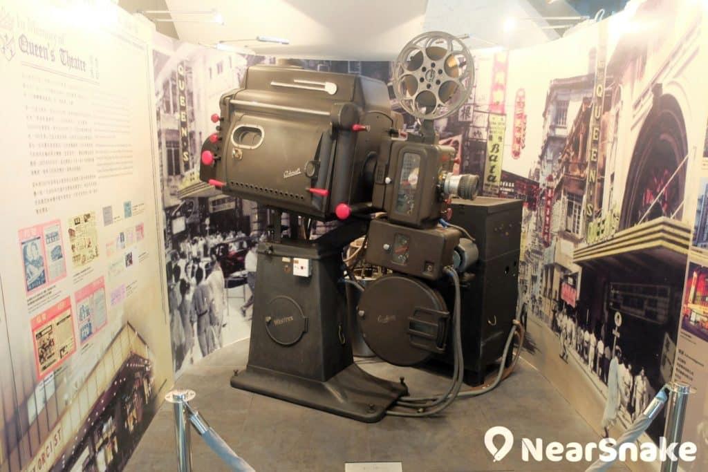 香港電影資料館大堂的樓梯位,放置了一台古董級電影播放機,據說仍可正常運作。
