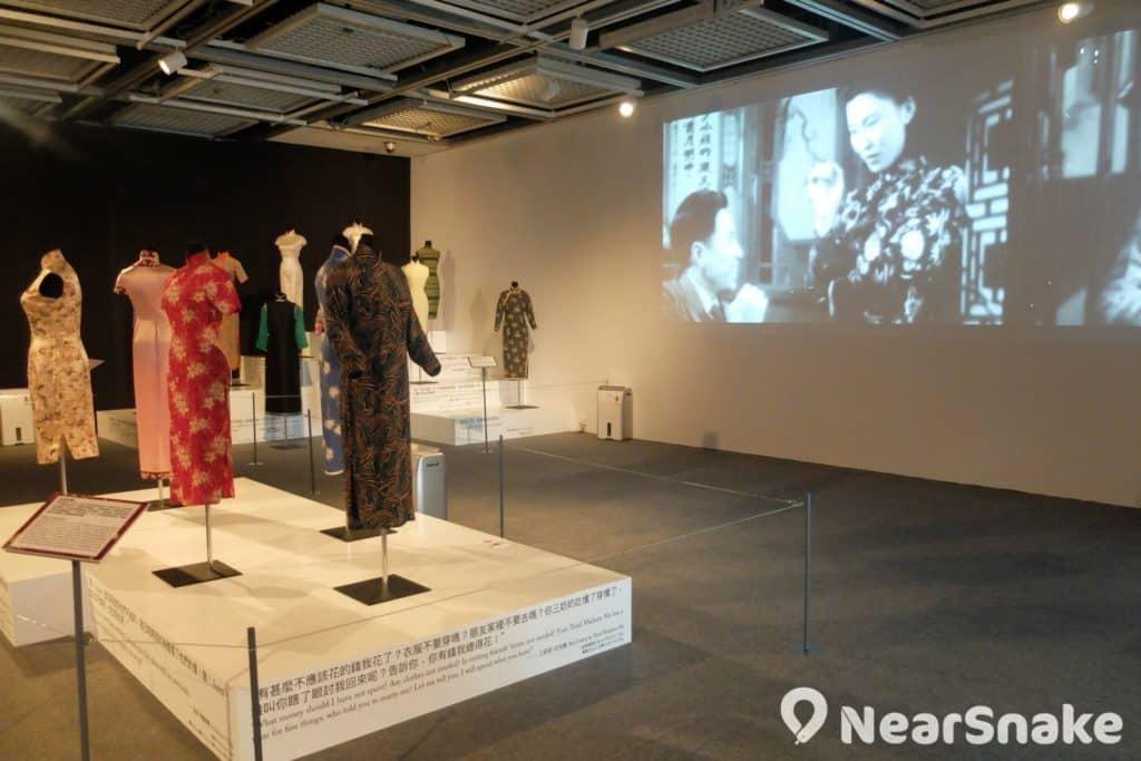香港電影資料館地面大堂另設有展覽廳,不定期舉辦電影主題展覽,例如 2017 年 9 月至 2018 年 1 月期間便曾舉辦「穿‧越‧時代:旗袍篇」展覽。