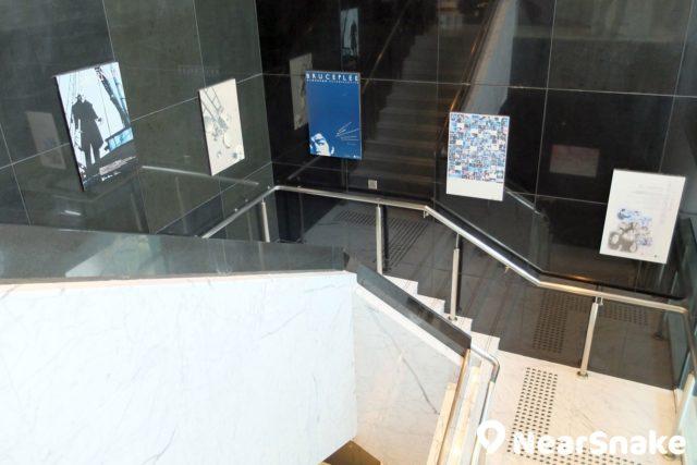 通往電影資料館電影院大堂的樓梯兩旁上,貼有多幅昔日電影的海報。