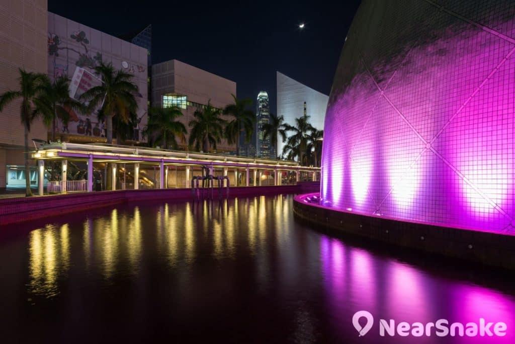 香港太空館門外設有噴水池,晚上亮起射燈,營造出富詩意的夜景構圖。
