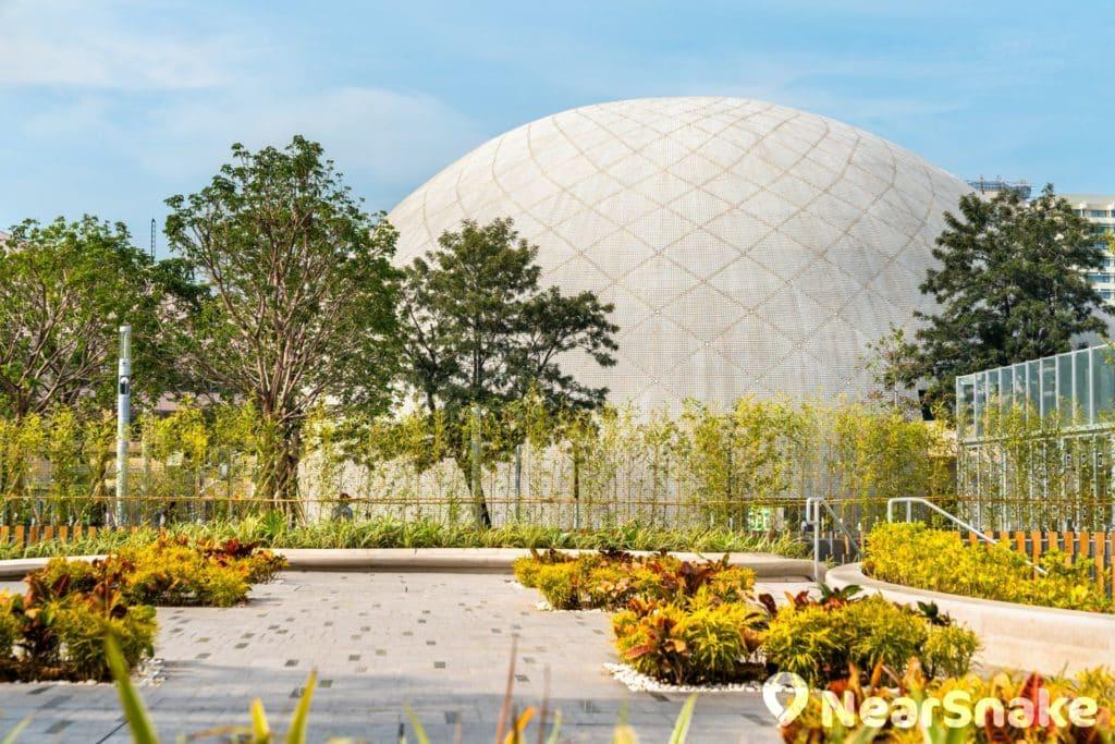 香港太空館建築外部由一塊塊方格組成,加上其渾圓外形,所以被坊間戲稱為「菠蘿包」。