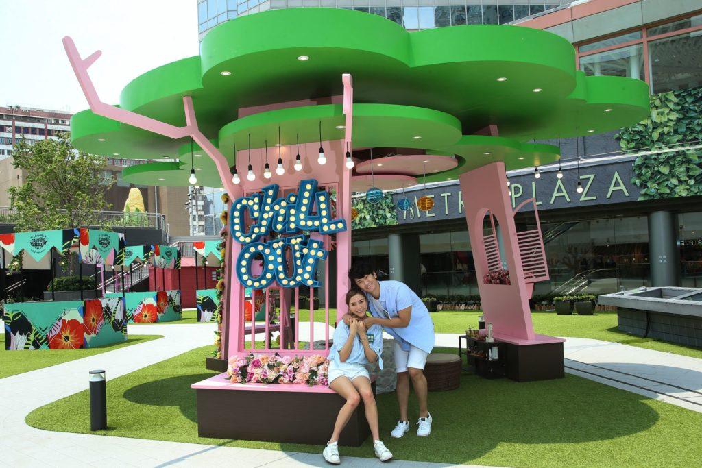 新都會廣場城市露營嘉年華會架設一座 3.5 米高的樹屋,夢幻的粉系盪鞦韆,配上花卉盆栽牆,讓大家感受春天的氣息。
