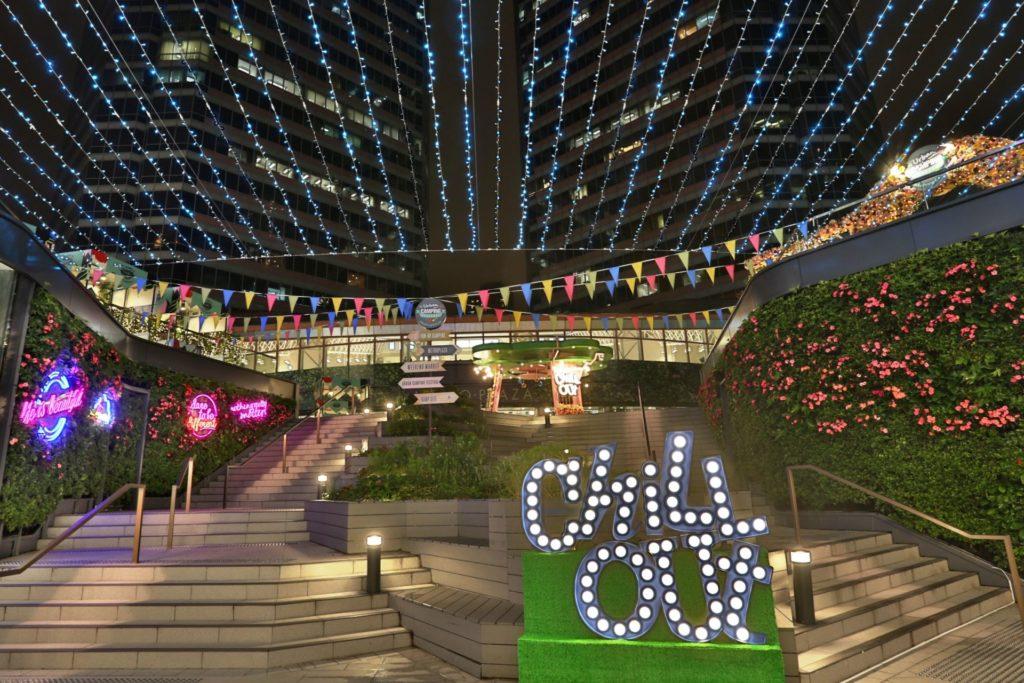 新都會廣場城市露營嘉年華的會場上會擺放多個大型戶外裝置,包括 CHILL OUT 燈牌及 LED 自拍牆。