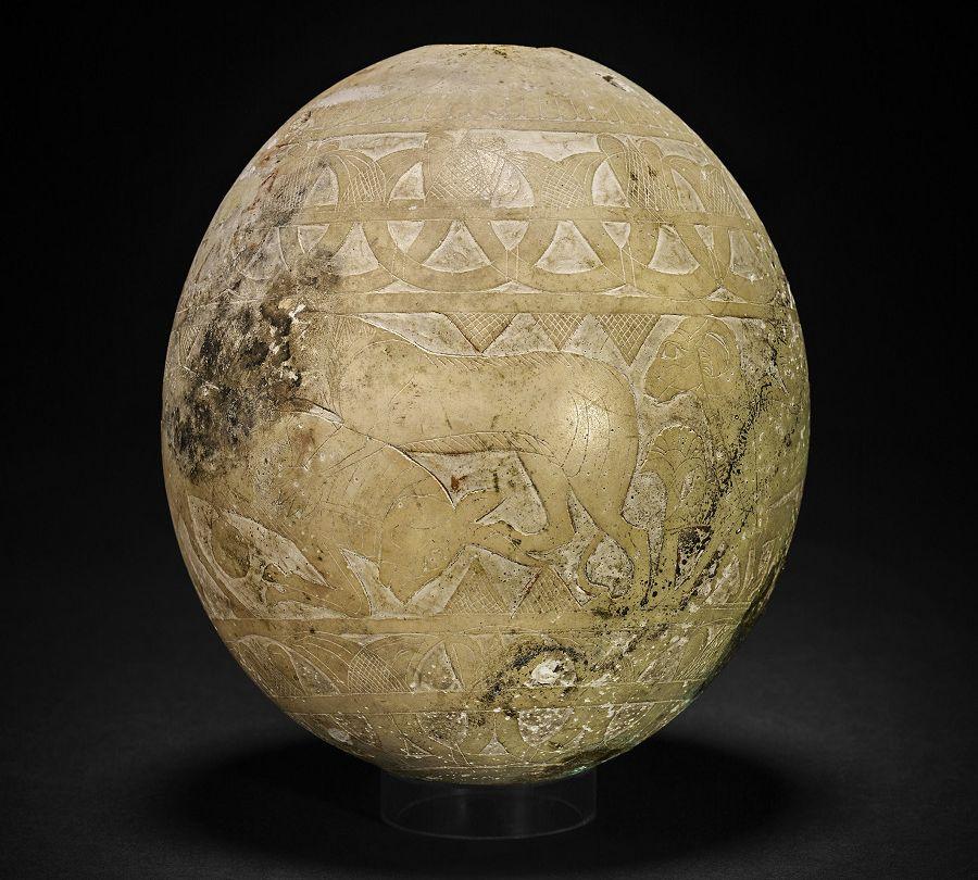 「奢華世代:從亞述到亞歷山大」鴕鳥蛋殼展品:雕刻容器 - 意大利 武爾奇 伊西斯墓/公元前700至前600年(大英博物館 1850,0227.7)