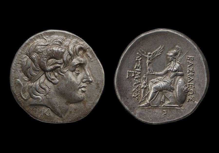 「奢華世代:從亞述到亞歷山大」銀展品:亞歷山大大帝肖像錢幣 - 土耳其 帕加馬/公元前306至前281年(大英博物館 1896,0703.85)