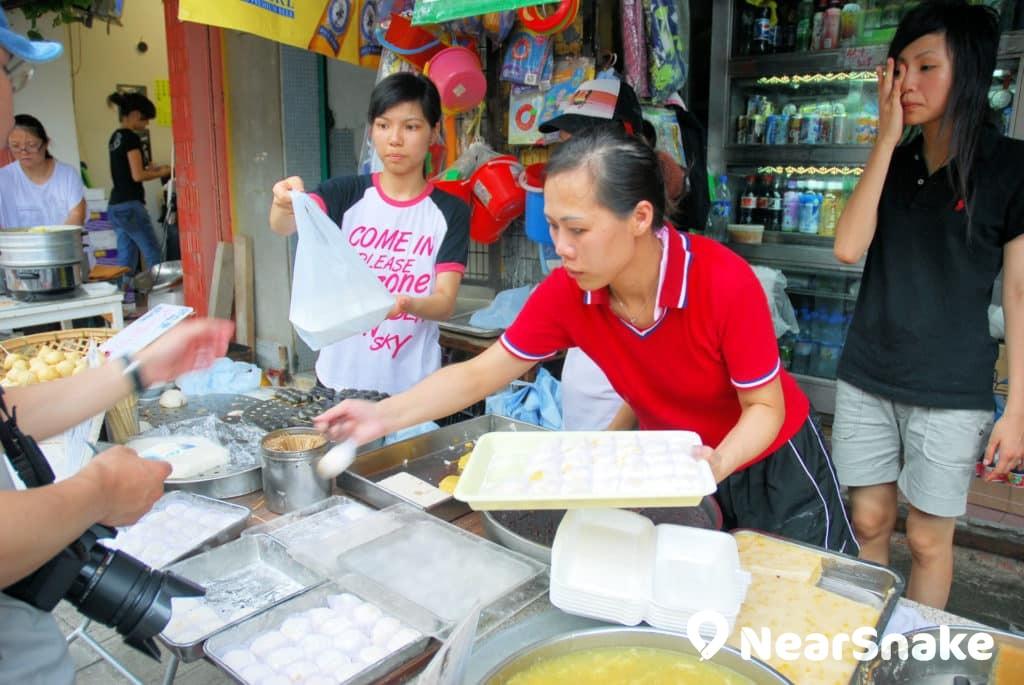 搶包山比賽中用的是塑膠包,在街上食肆可買到吃得的平安包。