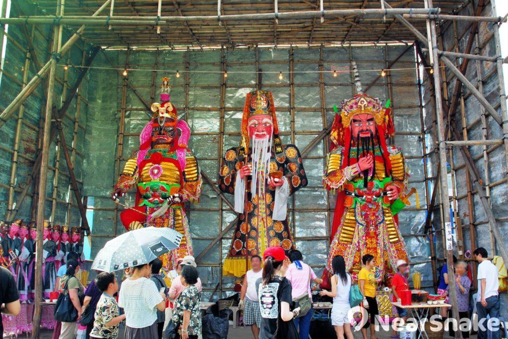 太平清醮神棚內擺放三大紙紮神像,分別為大士王、土地公、山神。