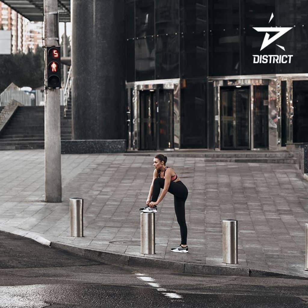 參加者按手機上的 District 應用程式遊走城市之中。