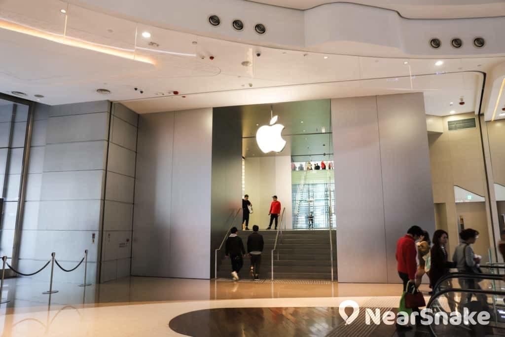 希慎廣場地庫至 1 樓開設了香港第二間 Apple Store,樓面面積達 1.5 萬方呎,比 IFC 商場的分店還要大,堪稱是香港最大的 Apple Store。