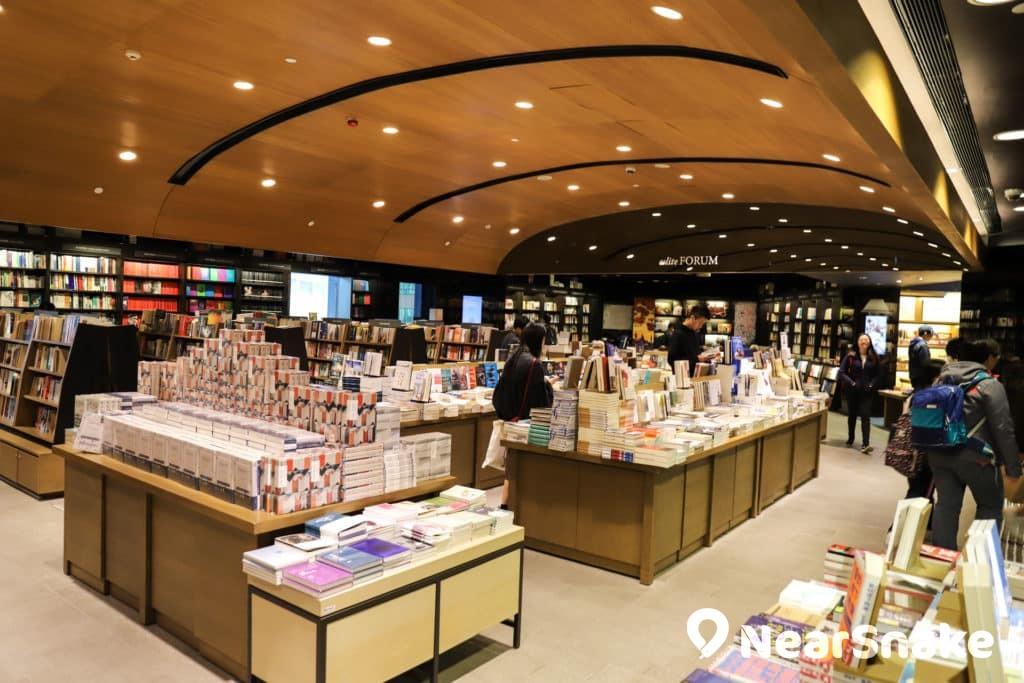 誠品書店開設於希慎廣場 8 至 10 樓,佔地三層合共 40,000 平方呎,藏書 23 萬冊。