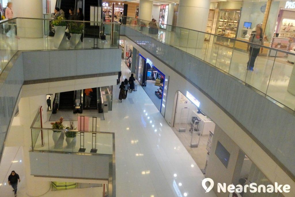 iSQUARE 中央位置有天井貫通各層,既可營造空間感,亦予人舒服的購物體驗。