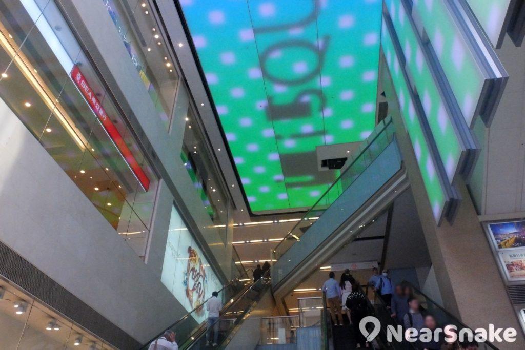 從 iSQUARE 北京道入口的電動扶梯往上望,可看到由數十萬顆 LED 燈組成的巨型屏幕,可供播放不同動畫。