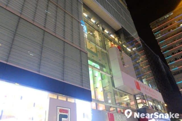iSQUARE 國際廣場的外牆設有燈飾點綴,晚上非常吸睛。