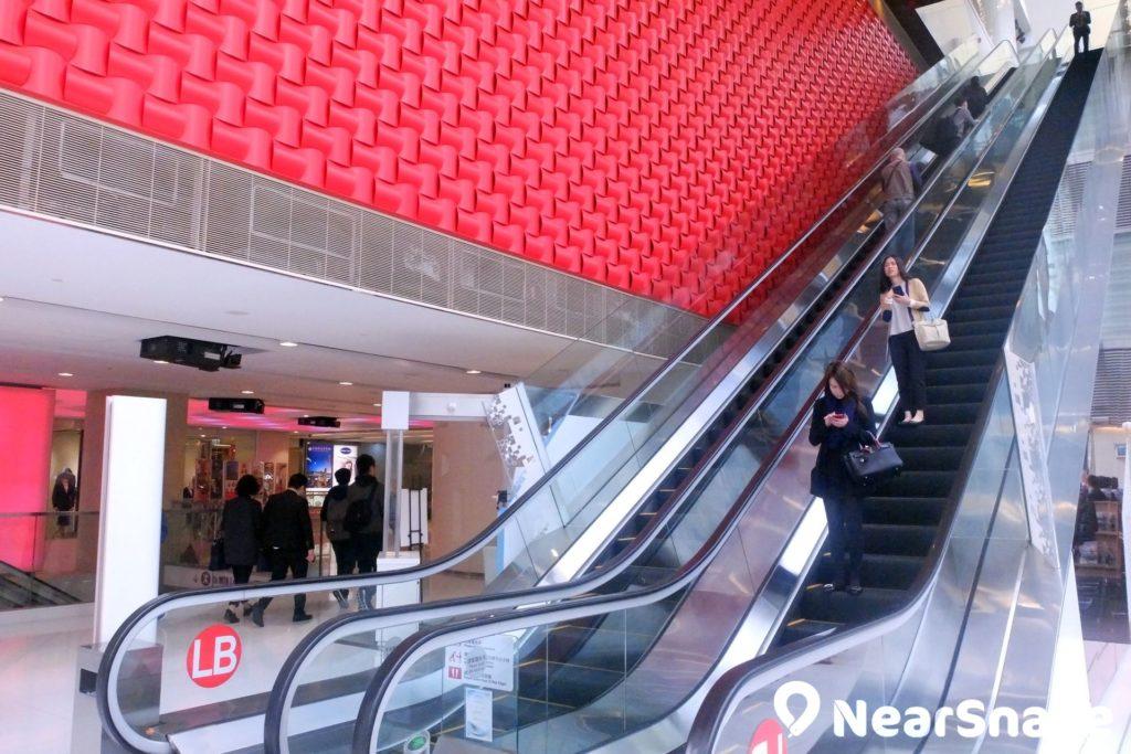 iSQUARE 面向彌敦道處設有多條電動扶梯,大家使用手扶梯上落時,可通過玻璃幕牆欣賞尖沙咀街道車水馬龍的情況。