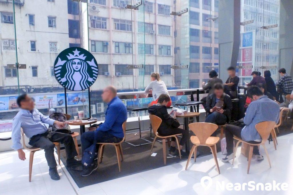 iSQUARE 星巴克(Starbucks)設有落地玻璃,在此嘆著咖啡,靜靜看書或觀看街上人群,很寫意吧!