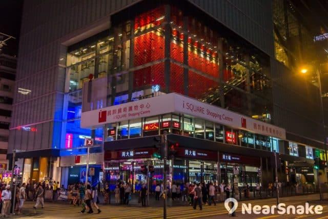 每逢農曆新年的新春國際匯演期間,iSQUARE 國際廣場 LB 層的落地玻璃正是欣賞新春花車巡遊的理想位置。