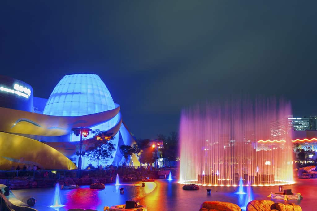 遊人夜間可在海洋公園的湖畔噴泉旁,一嘗獨特的戶外餐飲體驗。